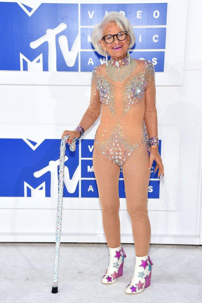 88-летняя звезда Instagram пришла на вручение премии MTV в купальнике (фото)